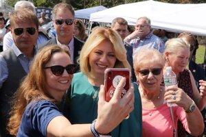 Prezidentka SR Zuzana Čaputová sa fotí s účastníkmi podujatia v rámci 42. ročníka Festivalu slovenského dedičstva v New Jersey pri príležitosti jej návštevy v Spojených štátoch amerických.