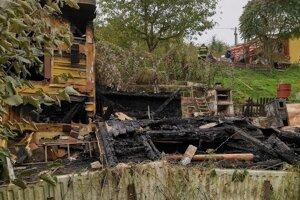 Po príchode hasičov bola už zhorená strecha spadnutá.