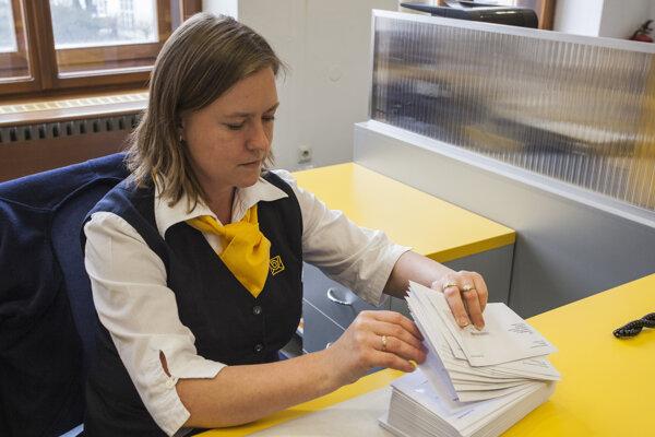 Dodávať odevy pre poštárov za šesť miliónov eur chcela len firma Rempo.