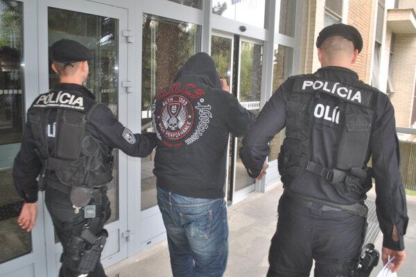 Eskorta privádza Dušana P. na súd.
