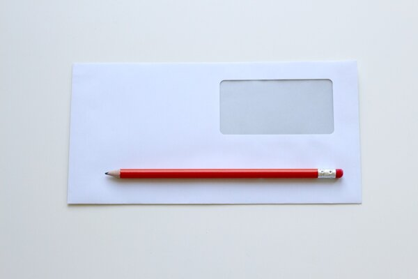 Ako triediť obálky? Treba plast z obálky pred vyhodením odstrániť?