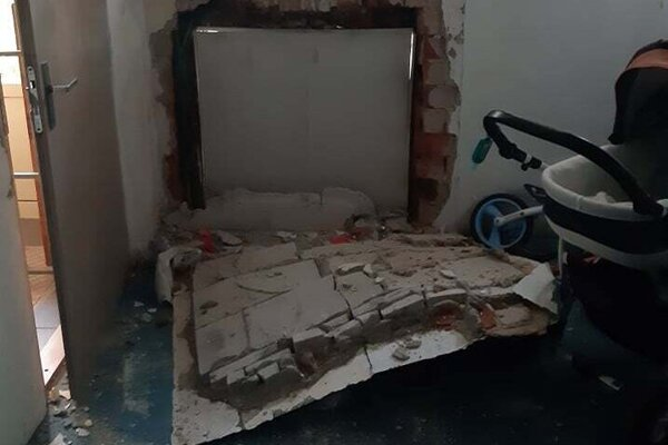 Takto prerazila rozvodná skriňa stenu bloku.