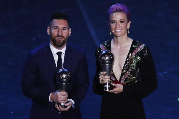Lionel Messi a Megan Rapinoeová pózujú s cenami pre víťazov ankety FIFA.