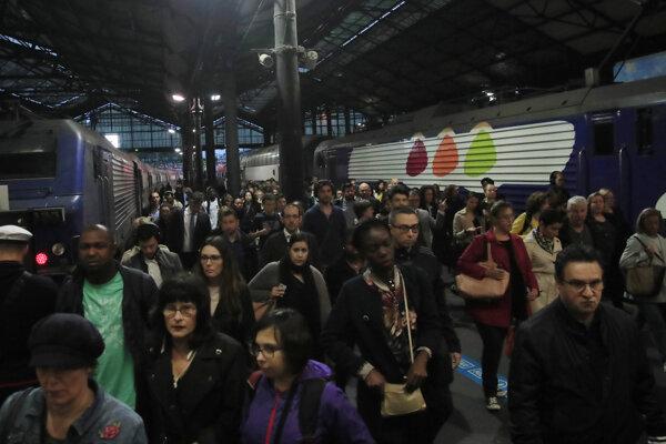 Cestujúci na železničnej stanici vo Francúzsku.
