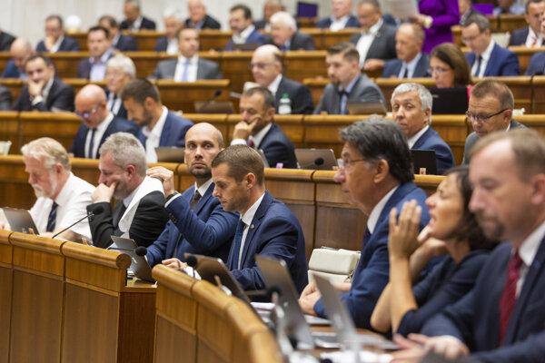 Poslanci Národnej rady SR.
