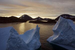 Východ slnka nad ľadovcami pri Kulusku v Grónsku. Aj topenie ľadovcov v Grónsku prispieva k zvyšovaniu hladín morí.