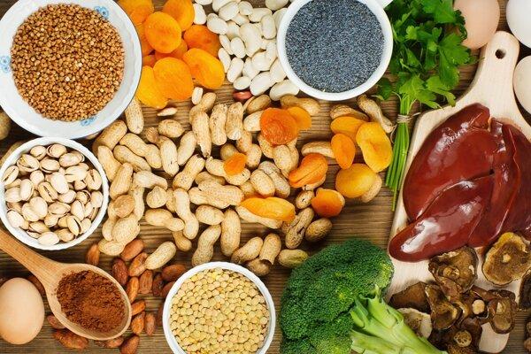 Železo možno nájsť v širokom spektre potravín, okrem mäsa sú naň bohaté aj strukoviny, orechy či semienka.