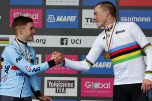 Remco Evenepoel (vľavo) a Rohan Dennis po časovke na MS v cyklistike 2019.
