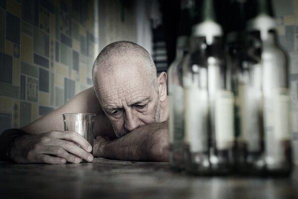 Najviac prípadov samovrážd pripadá na päťdesiatnikov. Rizikovým faktorom je ak závislosť na alkohole, či život bez partnera.