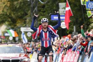 Quinn Simmons oslavuje víťazstvo v pretekoch juniorov s hromadným štartom na MS v cyklistike 2019.