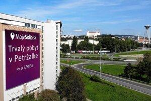 Billboard firmy vedľa Einsteinovej v Petržalke