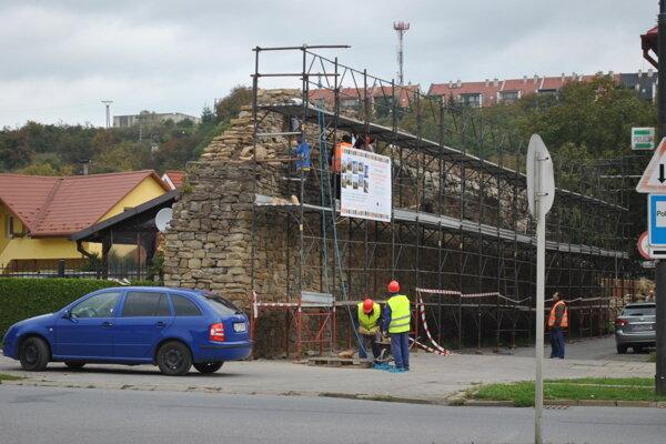 Časť opevnenia sa opravovala pred piatimi rokmi.