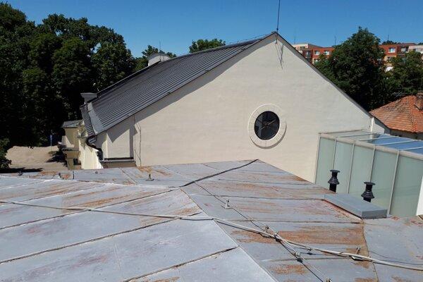 Židovská škola je v susedstve obnovenej synagógy.