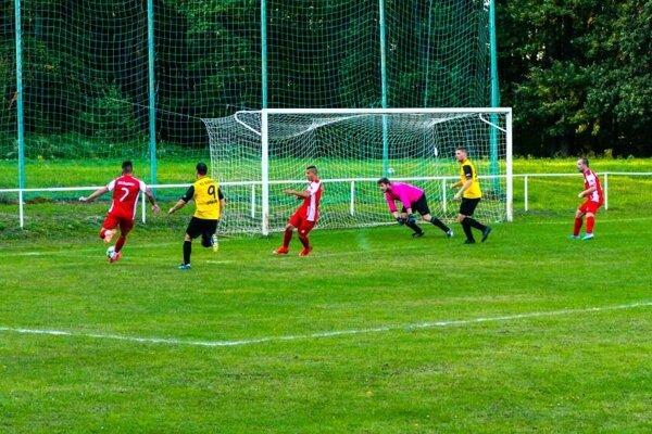 Čachtice (v červenom) nastrieľali päť gólov.