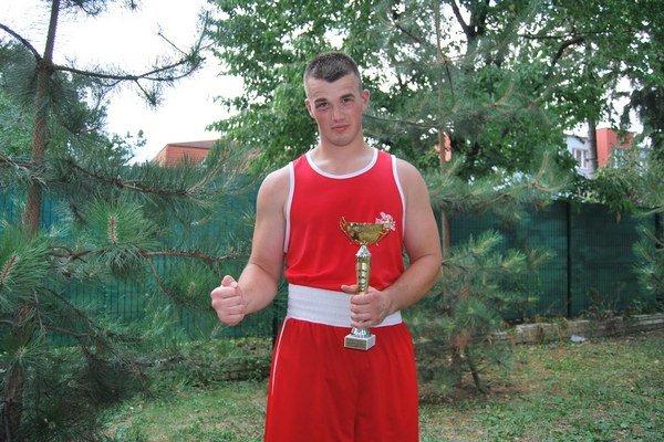 Domáci boxer Miroslav Šafránek s víťaznou trofejou.