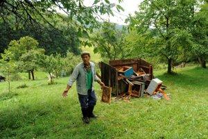 Po medvedej návšteve.  V Očovej zničil medveď včelie úle priamo na dvore rodinného domu.