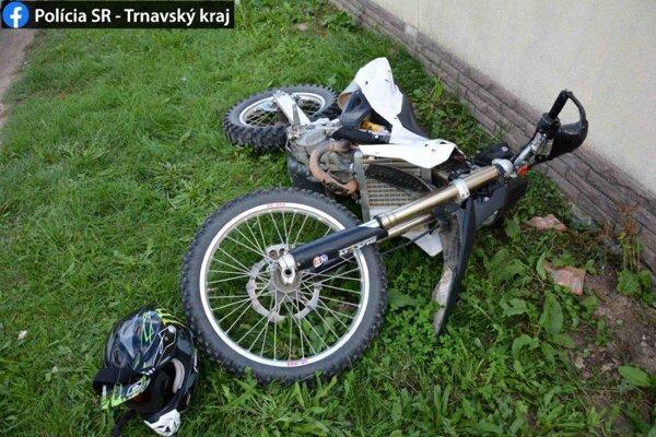 Muž sa snažil uniknúť hliadke na motorke.
