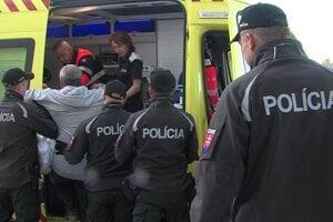 Záchranári odviezli muža do Psychiatrickej nemocnice v Michalovciach.