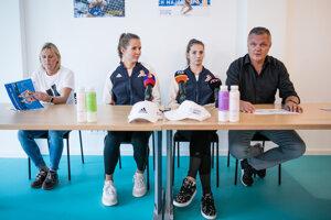 Zľava trénerka Lenka Háječková, plážové volejbalistky Natália Dubovcová a Andrea Štrbová a viceprezident Slovenskej volejbalovej federácie pre plážový volejbal Miloš Dubovec.