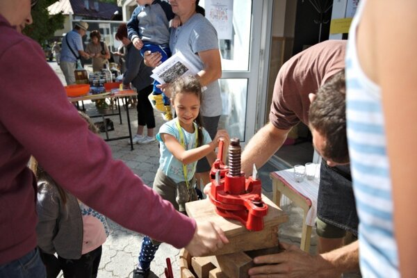 Možnosť vylisovať si vlastnými rukami pohár jablčného muštu zajala nielen deti.