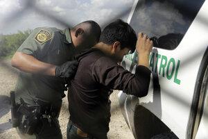 Americký pohraničník zadržuje migranta z Guatemaly po tom, čo chcel vstúpiť ilegálne na územie Spojených štátov amerických.