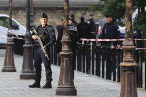 Francúzski policajti sa sťažujú na prepracovanosť.