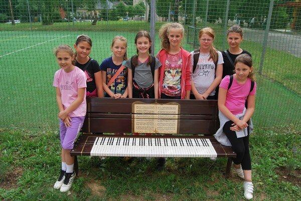 Z lavičky spravili klavír.