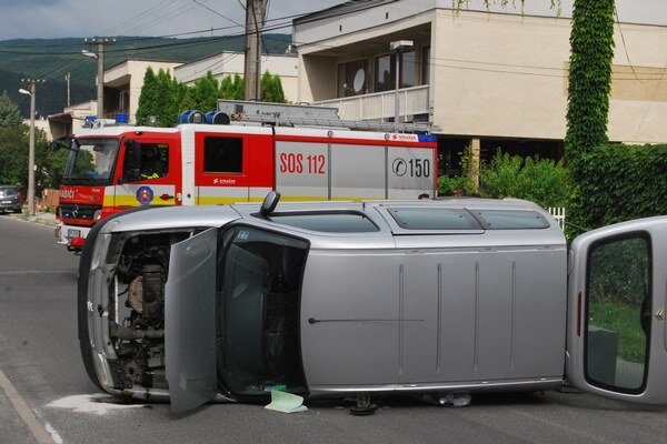 Citroën skončil prevrátený na boku.
