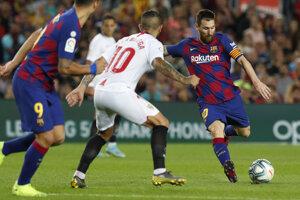Lionel Messi (vpravo) a jeho strelecký pokus v zápase La Ligy 2019/2020 FC Barcelona - FC Sevilla.