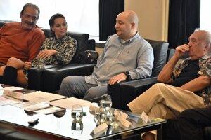 Zľava hosťujúci herci Csaba Kelemen a Szilvia Kiss, riaditeľ Divadla Thália József Czajlik a režisér hry Sándora Máraiho Dobrodružstvo Sándor Beke.