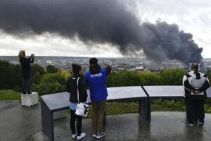 Hustý dym bolo možné pozorovať takmer celý deň po uhasení požiaru.
