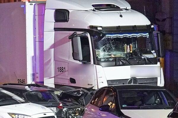 Kamión narazil do áut stojacich na križovatke.