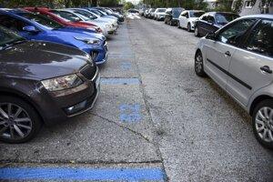Na viac ako 150 parkoviskách v okolí obytných domov v bratislavskej Petržalke zaparkujú od 1. novembra 2019 zadarmo už len registrovaní obyvatelia bratislavskej Petržalky.