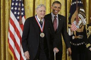 Archívna fotografia Johna Goodenougha s bývalým prezidentom Spojených štátov, Barackom Obamom.