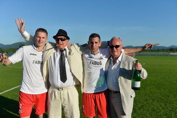 Majiteľ Iskry Borčice Anton Fabuš (druhý zľava) si postup poriadne užíval.