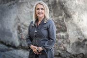 Hana Dojčanová (57) vyštudovala žurnalistiku a marketingovú komunikáciu na Univerzite Komenského v Bratislave a v National Journalism Center vo Washingtone. Dvadsaťpäť rokov pracovala v médiách a reklamných agentúrach. Práci v organizácii Mensa, ktorá združuje ľudí s vysoko nadpriemerným IQ, sa venuje od roku 2008, prešla v nej viacerými funkciami, šesť rokov bola jej predsedníčkou. V súčasnosti je prvou podpredsedníčkou.