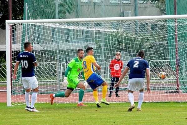 Úvodný a napokon i víťazný gól. Do košickej siete ho strieľa Michal Klec (v strede).