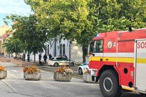 Príslušníci bezpečnostných a záchranných zložiek pred okresným súdom v Trnave