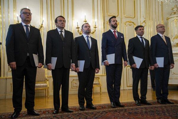 Vymenovaní ústavní sudcovia. Zľava Ladislav Duditš, Libor Duľa, Rastislav Kaššák, Miloš Maďar, Peter Straka a Martin Vernarský.