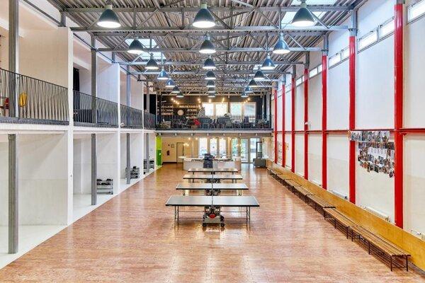 """Príbeh premeny jednej školy """"socialistického"""" typu je zatiaľ unikát.Víťaz CE EZ AR v kategórii Občianske a priemyselné budovy."""