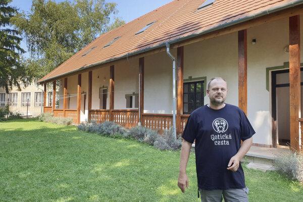 Farár cirkevného zboru Reformovanej kresťanskej cirkvi na Slovensku v Brzotíne v okrese Rožňava Róbert Mudi pred bývalou budovou cirkevnej školy.
