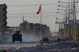 Turecké obrnené vozidlo prechádza mestom Akcakale.