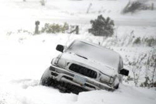 Auto uviaznuté v snehu v Severnej Dakote.