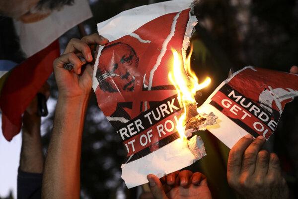 V Grécku pálili plagáty s podobizňou tureckého prezidenta Erdogana.