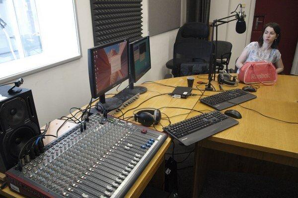 Študenti začínajú s vysielaním prvého univerzitného internetového rádia v meste.
