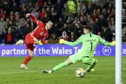 Gareth Bale (vľavo) strieľa gól v kvalifikačnom zápase na EURO 2020 Wales - Chorvátsko.