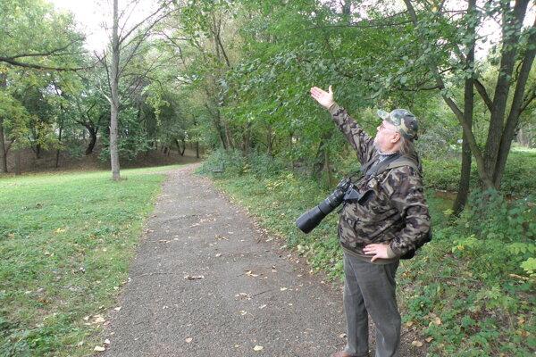 Amatérsky fotograf ukazuje na suché konáre, ktorá sa v parku nachádzajú.