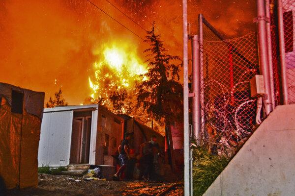 V utečeneckom tábore na gréckom ostrove Samos vypukol veľký požiar.