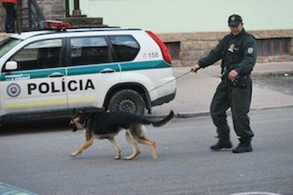Služobní psi so psovodmi hľadali bombu vnemocnici avjej okolí.