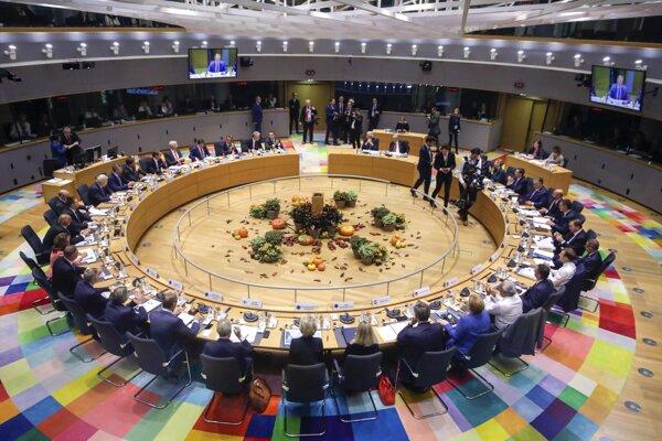 Lídri EÚ počas rokovania za okrúhlym stolom na summite EÚ v sídle budovy Europa v Bruseli 17. októbra 2019.